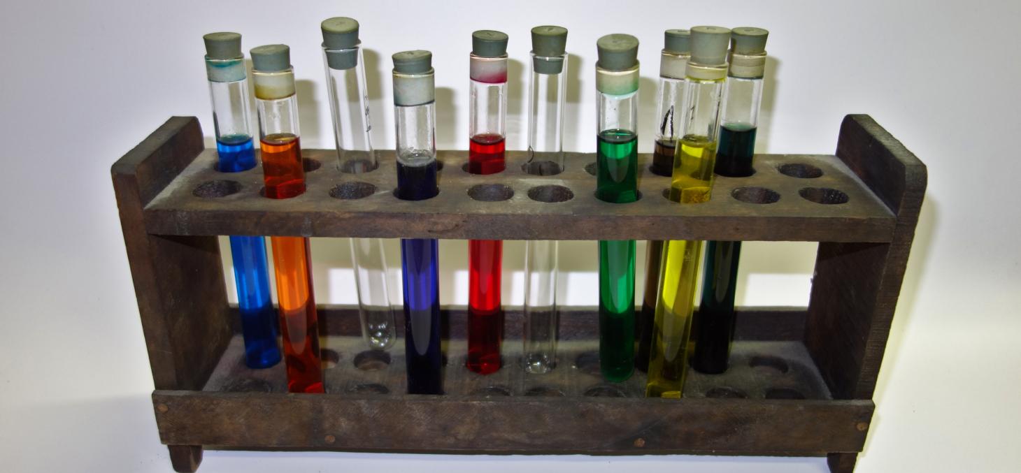 Portoir et tubes à essais - UFR chimie © Univ. Grenoble Alpes